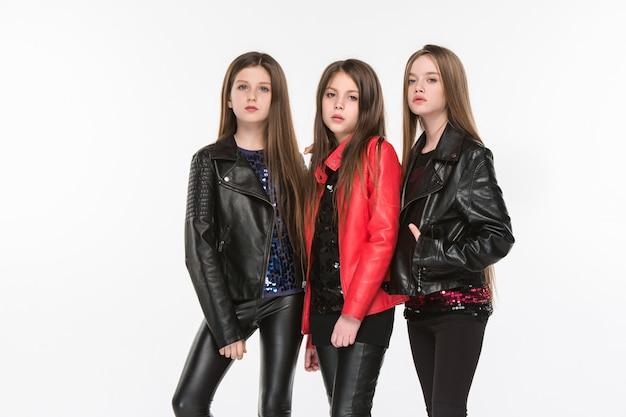 Portret van jonge aantrekkelijke blanke tienermeisjes poseren
