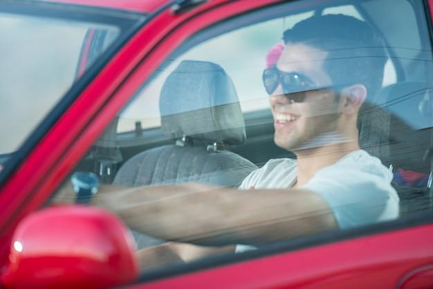 Portret van jonge aantrekkelijke jongens met auto