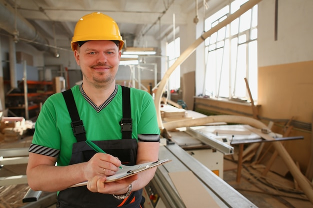 Portret van jonge aantrekkelijke man aan het werk