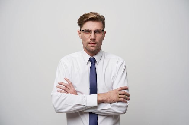 Portret van jonge aantrekkelijke man kijkt evaluatief
