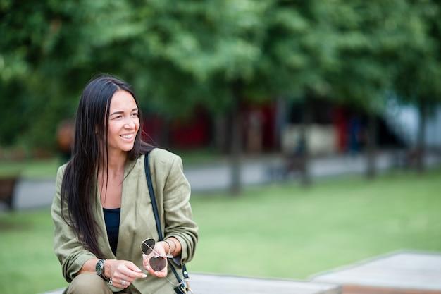 Portret van jonge aantrekkelijke toeristenvrouw in openlucht