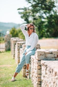 Portret van jonge aantrekkelijke toeristische vrouw buitenshuis