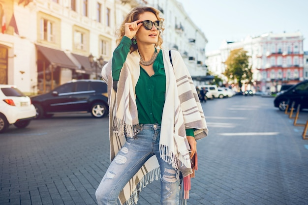 Portret van jonge aantrekkelijke vrouw in sunglaases, streetstyle-mode, boheemse elegant