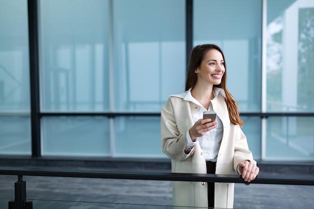 Portret van jonge aantrekkelijke zakenvrouw die naar kantoor gaat