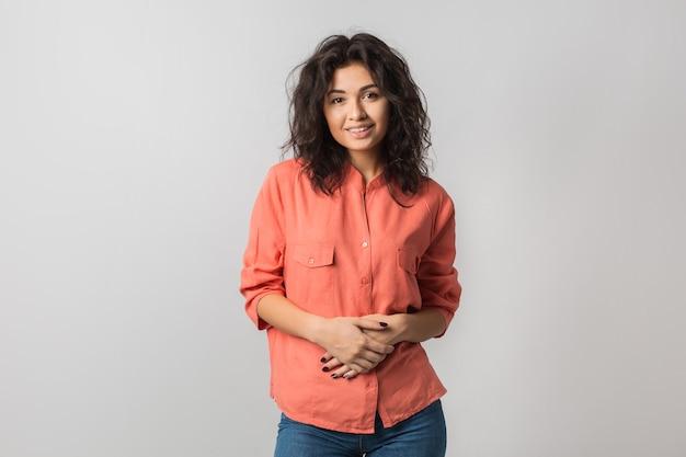 Portret van jonge aantrekkelijke zekere vrouw in oranje overhemd