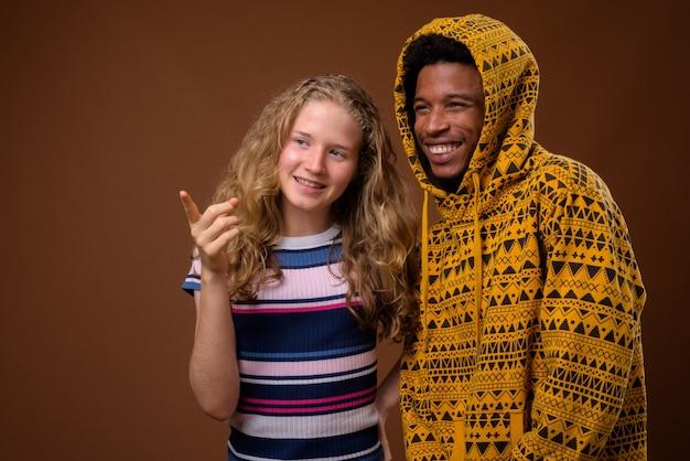 Portret van jonge afrikaanse man en blanke tiener lachend