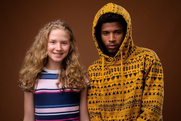 Portret van jonge afrikaanse man en blanke tiener