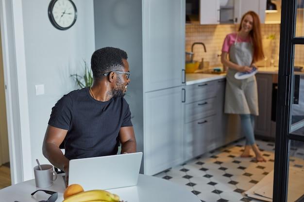 Portret van jonge afrikaanse man geconcentreerd op werk thuis
