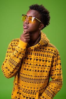 Portret van jonge afrikaanse man met hoodie