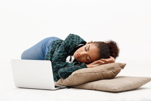 Portret van jonge afrikaanse vrouw met laptop op wit