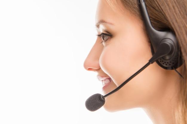 Portret van jonge agent van callcenter