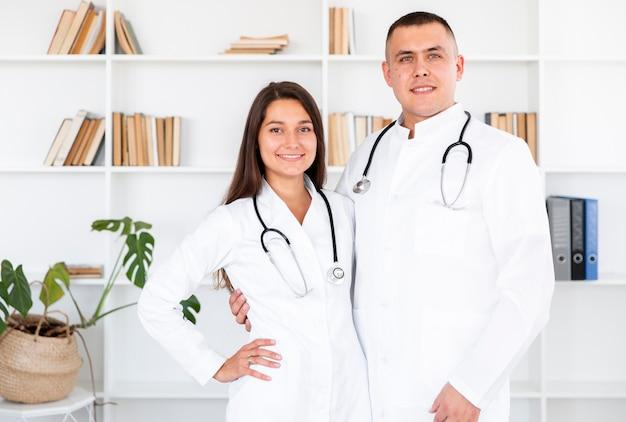 Portret van jonge artsen die fotograaf bekijken