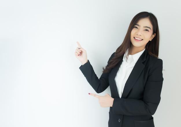Portret van jonge aziatische bedrijfsvrouw die over witte achtergrond benadrukken.