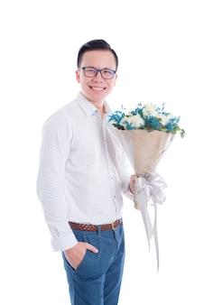 Portret van jonge aziatische man met bloemen