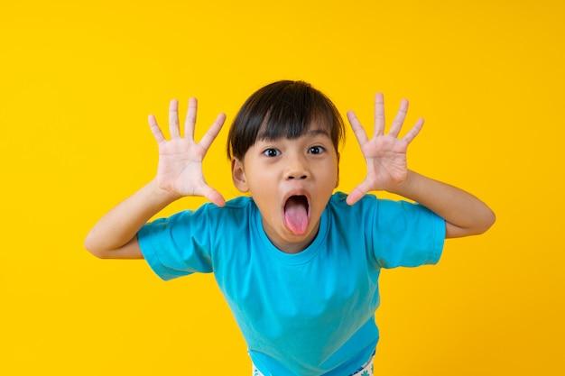 Portret van jonge aziatische meisjesuitdrukking en vrolijke, thaise jongen veel plezier en onschuld