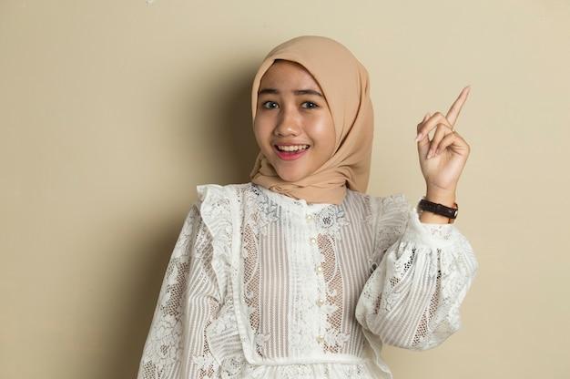 Portret van jonge aziatische moslimvrouw die hijab draagt, heeft een goed idee en inspiratie