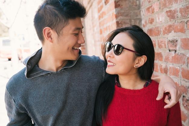Portret van jonge aziatische paar verliefd wandelen in de stad en hebben een goede tijd samen. liefde concept.