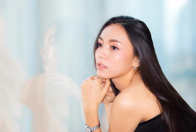 Portret van jonge aziatische vrouw die lacht