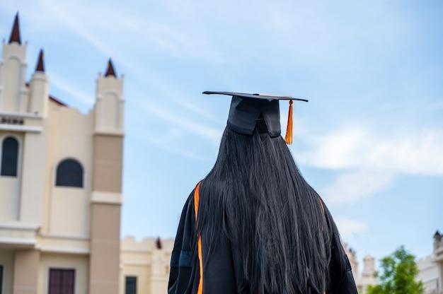 Portret van jonge aziatische vrouw in diploma-uitreiking