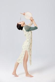 Portret van jonge aziatische vrouwen die traditionele chinese kleding dragen in de studio