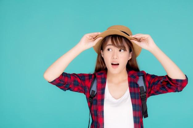 Portret van jonge aziatische vrouwenverrassing die hoed draagt