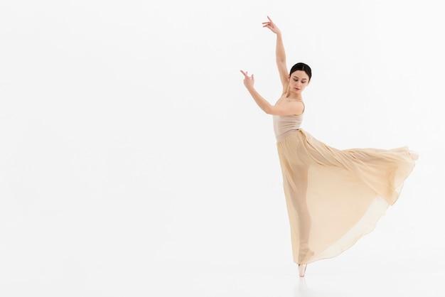 Portret van jonge ballerina die dans uitvoert