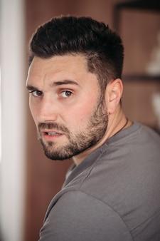 Portret van jonge, bebaarde man met stijlvol kapsel poseren. lifestyle-concept