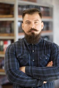 Portret van jonge bebaarde man