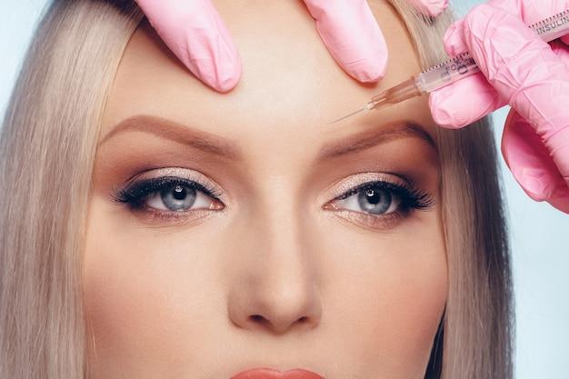 Portret van jonge blanke vrouw concept van botox cosmetische injectie