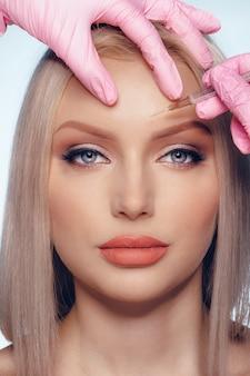 Portret van jonge blanke vrouw, concept van botox cosmetische injectie