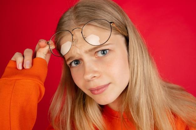 Portret van jonge blanke vrouw geïsoleerd met copyspace