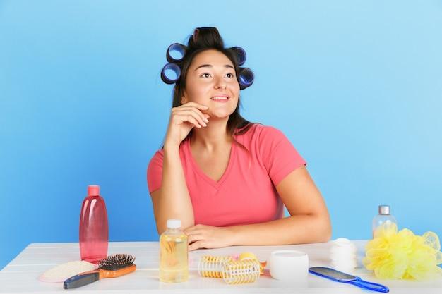 Portret van jonge blanke vrouw in haar schoonheidsdag en huidverzorgingsroutine