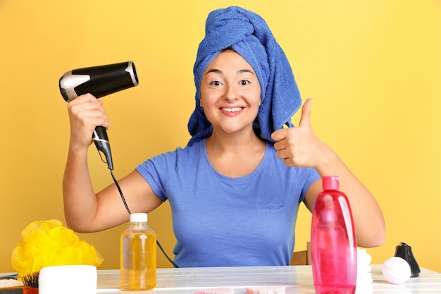 Portret van jonge blanke vrouw in haar schoonheidsdag, huid en haarverzorgingsroutine.