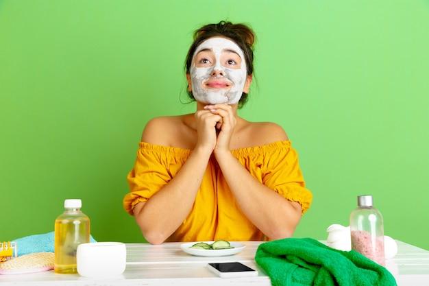 Portret van jonge blanke vrouw in haar schoonheidsdag, huid en haarverzorgingsroutine