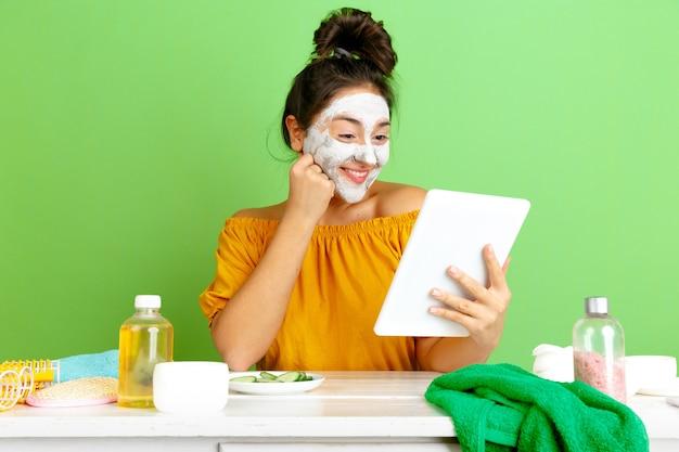 Portret van jonge blanke vrouw in schoonheidsdag, huid en haarverzorgingsroutine.