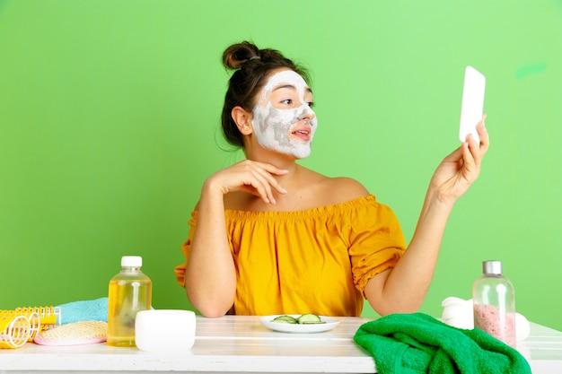 Portret van jonge blanke vrouw in schoonheidsdag, huid en haarverzorgingsroutine
