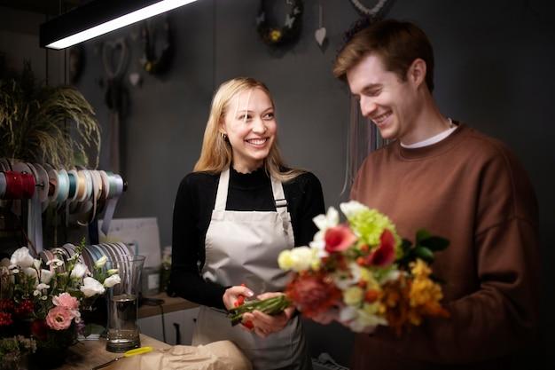 Portret van jonge bloemisten die samenwerken