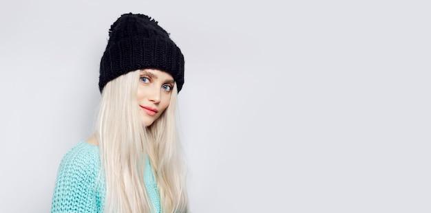 Portret van jonge blonde jonge vrouw geïsoleerd