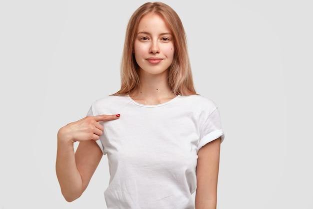 Portret van jonge blonde vrouw in wit t-shirt