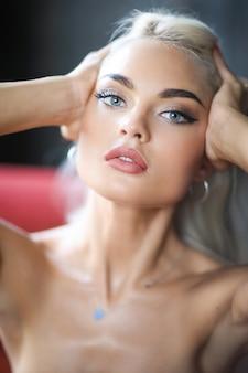 Portret van jonge blonde vrouw met een gebruinde huid