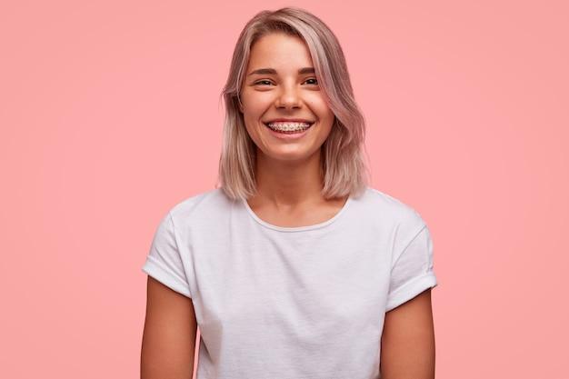 Portret van jonge blonde vrouw
