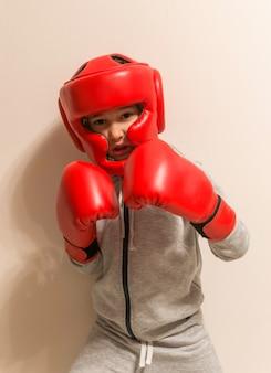 Portret van jonge bokser op beige sportfoto als achtergrond