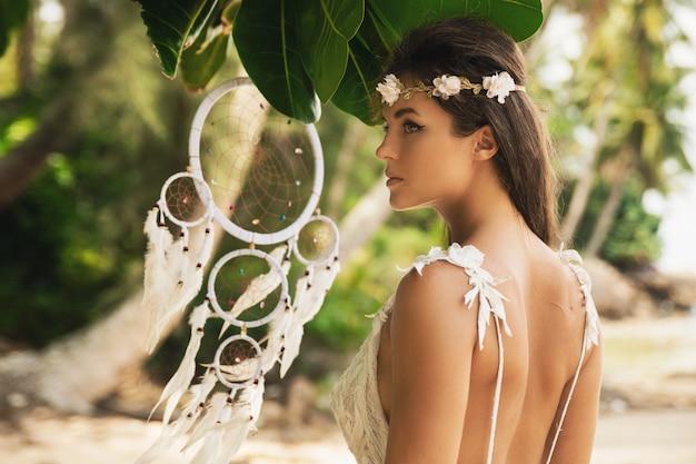 Portret van jonge bruid die mooie witte kleding draagt