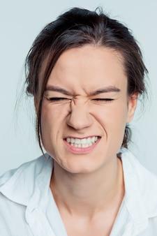 Portret van jonge brunette die spanning voelt