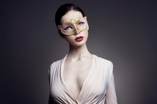 Portret van jonge brunette vrouw in gezichtsmasker meisje
