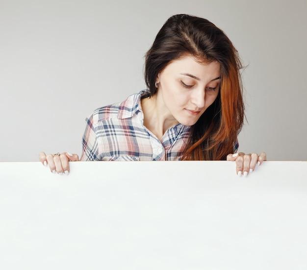 Portret van jonge brunnete vrouw naar beneden te kijken
