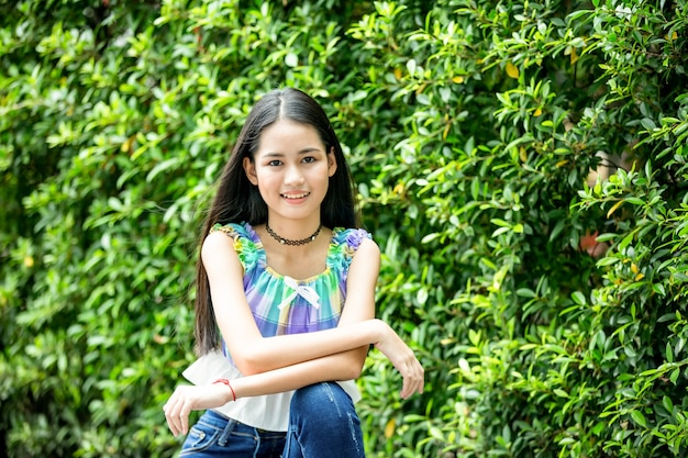Portret van jonge charmante mooie vrouw met glimlach authentieke momenten van echte emotie