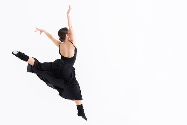 Portret van jonge danser met exemplaarruimte