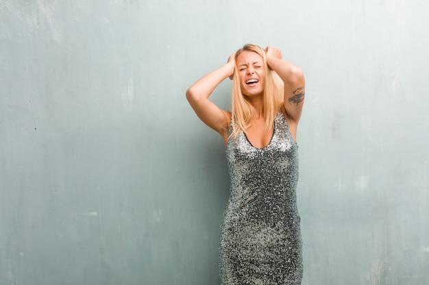 Portret van jonge elegante blonde vrouw gek en wanhopig, schreeuwen uit de hand