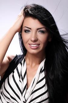 Portret van jonge en gelukkige brunette